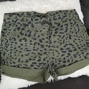 H&M olive and black shorts 8
